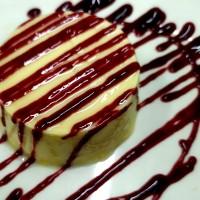 Pastel de queso y mermelada de frutos rojos